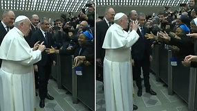Po skandalingo pliaukštelėjimo popiežius pademonstravo kitokią reakciją: prašė vienuolės nesikandžioti