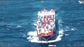 Didžiulės bangos nuo krovininio laivo nubloškė daugiau nei 40 konteinerių
