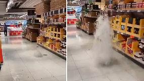"""Per audrą Vilniuje patvino parduotuvė: pirkėją pralinksmino išsiveržęs """"fontanas"""""""