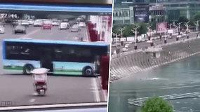 Nufilmuota dramatiška akimirka, kaip autobusas nulėkė tiesiai į ežerą –  žuvo 21 žmogus