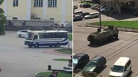 Liudininkas pasidalijo vaizdais iš įvykio vietos: Ukrainoje autobuse užsibarikadavęs ginkluotas vyras tebelaiko 10 įkaitų