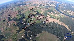 """""""Kylam"""": parašiutininkai pasveikino Lietuvą atlikdani didžiausią iki šiol šalyje matytą formaciją"""