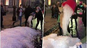 Neįprastas protestas nustebino praeivius – viduryje miesto pažėrė kalną ledukų