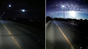 Nufilmuotas retas reiškinys tapo interneto sensacija: gyventojus pribloškė danguje dideliu greičiu lekiantis žėrintis bolidas