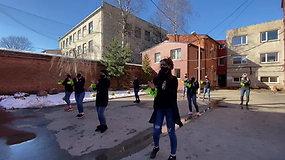 """Nufilmuotas Panevėžyje kalinčių moterų šokis pasaulinio hito """"Jerusalema"""" ritmu"""