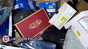 Klaipėdos pareigūnai aptiko puspriekabes su, įtariama, vogtais vardiniais rūbais ir avalyne