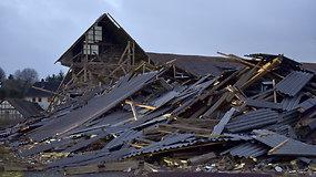 Europoje siautusi audra plėšė namų stogus ir kilojo žmones