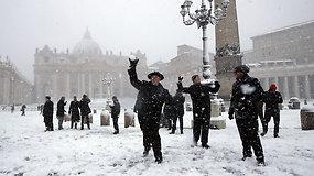 Romoje iškrito pirmasis sniegas per šešerius metus – kunigai maldas iškeitė į sniego karą