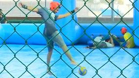 Šlapias ir slidus muilo futbolas sparčiai populiarėja Indijoje