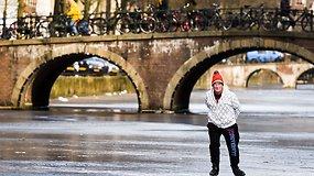 Pirmą kartą per 6 metus: žiema užšaldė Amsterdamo kanalus