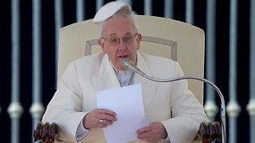 Popiežiui Pranciškui juoką sukėlė vėjo nupūsta pijusė