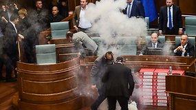 Kosovo parlamente opozicija balsavimą stabdė ašarinėmis dujomis