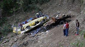 Indijoje mokykliniam autobusui nuriedėjus nuo skardžio žuvo 27 vaikai