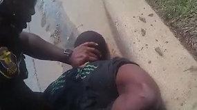 Teksaso policija paviešino brutalų juodaodžio sulaikymo vaizdo įrašą