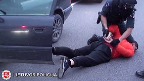 Elektrėnų policija sulaikė du įtariamuosius, automobiliu gabenusius smulkintas kanapes