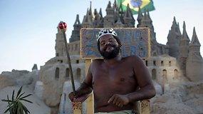 """Smėlio pilies """"karalius"""" 22 metus gyvena Rio de Žaneiro paplūdimyje"""