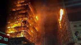San Paule sudegė vargingų šeimų prieglobsčiu buvęs apleistas daugiaaukštis