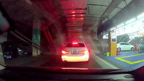 Požeminėje aikštelėje ant automobilių užkritę vamzdžiai įkalino vairuotojus