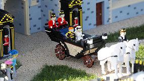 """""""LEGO"""" iš beveik 60 tūkst. detalių atkūrė realią princo Harry ir Meghan Markle vestuvių procesiją"""