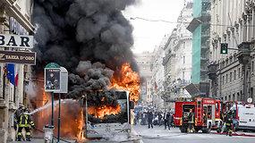 Romos centre užsidegė ir sprogo keleivinis autobusas