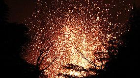 Lavos šokis: iš Kilauėjos ugnikalnio trykštanti lava nušvietė dangų