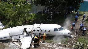 Hondūre lėktuvas nulėkė nuo tūpimo tako ir perlūžo pusiau – sužeisti šeši amerikiečiai