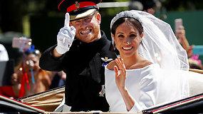 Ką tik susituokusi karališkoji pora pasirodo susirinkusiems gerbėjams: karieta važiuoja Vindzoro gatvėmis