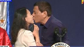 Filipinų prezidentas sukėlė pasipiktinimą pabučiavęs moterį į lūpas