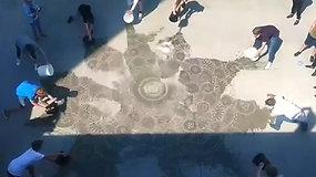 Šlapias menas: menininko piešinius galima išvysti tik juos užliejus vandeniu