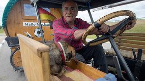Vintažiniu traktoriumi vokietis lėtai skuba į pasaulio futbolo čempionatą