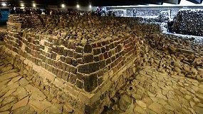 Po žemėmis rastą actekų dievo šventyklą galima pamatyti ir nuo šaligatvio