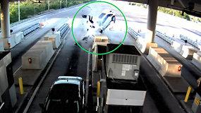 Per dramatišką automobilio avariją Floridoje pro langą išskrido keleivis