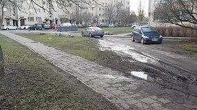 Fotopolicija: situacija sostinės Kalvarijų gatvės kieme, kai automobiliai važinėja pėsčiųjų takais ir veja