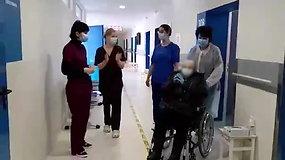 iš Ukmergės ligoninės plojimais išlydėta nuo koronaviruso pasveikusi garbaus amžiaus (79 m.) pacientė