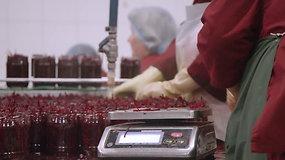 """Kaip gaminamas pagrindinis šaltibarščių ingredientas: reportažas iš """"Rivonos"""" konservų gamyklos"""