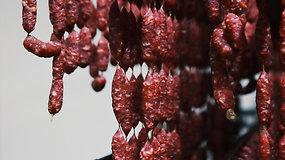 """Reportažas iš """"Rivonos"""" mėsinės: dešreles čia gamina naujausių technologijų įrengimai"""