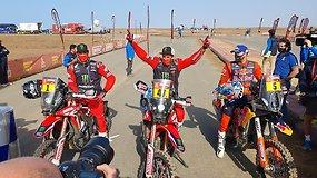 Dakare – paskutiniai 200 km kovos: finiše – pirmieji motociklininkai