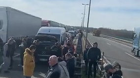 Vokietijos-Lenkijos pasienyje įstrigę lietuviai bandė blokuoti kelius, URM ragina grįžti keltu
