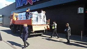 Kėdainiuose eilės ir ilgas geriamojo vandens laukimas: žmonės perpykę ant valdžios dėl taršaus vandens