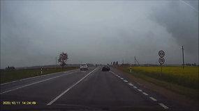 Kelių erelis peržengė visas ribas – kirtęs ištisinę liniją, lenkė priešpriešine eismo juosta