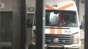 Dezinfekuojamas automobilis, kuriuo į Santaros klinikas buvo atvežtas galimai koronavirusu užsikrėtęs žmogus