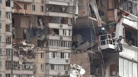 Per sprogimą daugiabutyje žuvo mažiausiai 2 žmonės, sugriuvo 4 pastato aukštai