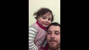 Jautrūs kadrai: tėvas Sirijoje bando padėti dukrai nugalėti baimę – moko juoktis, išgirdus sprogstančias bombas