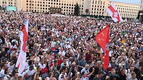 Įspūdingas vakaras Minske: minia vieningai kėlė į dangų švieseles ir vėliavas