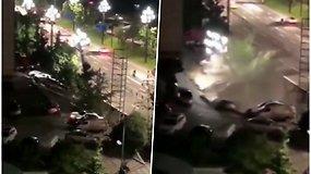 Vairuotojai neteko žado – staiga atsivėrusi smegduobė prarijo 21 automobilį