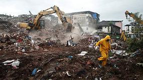Indijoje sugriuvo pastatas, kuriame gyveno apie 200 žmonių – mažiausiai 70 prispaudė griuvėsiai, pranešama ir apie mirtis