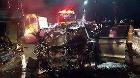 Visureigis susidūrė su šarvuota karine transporto priemone: automobilis virto metalo laužu, žuvo 4 žmonės