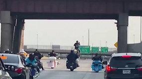 Vairuotojus apstulbino reginys greitkelyje: tarp motociklų ant žirgo jojo kaubojus