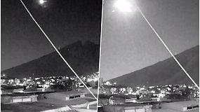 Ugnies kamuolys naktiniame danguje – kameros užfiksavo įspūdingą akimirką