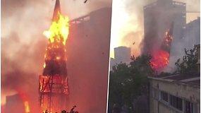 Užfiksavo dramatišką akimirką: liepsnodamas griūna gaisro apimtas bažnyčios bokštas